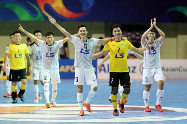 các cầu thủ thái sơn nam vui mừng chiến thắng