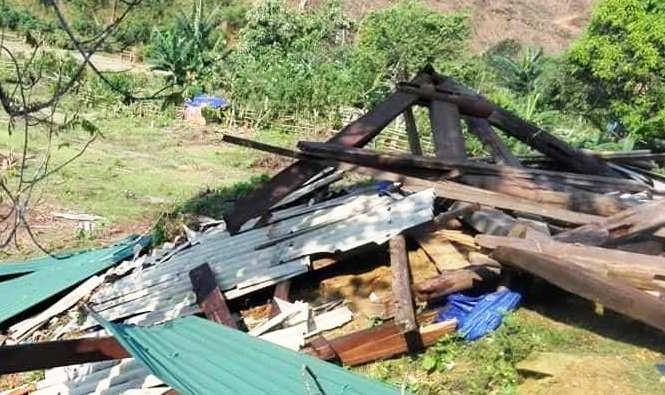 Lốc xoáy khiến đổ nhà