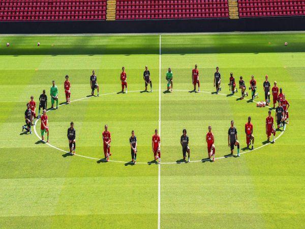 Cả đội hình The Kop đã quỳ một chân xuống quanh vòng tròn trung tâm của sân Anfield và hướng mắt lên khán đài.